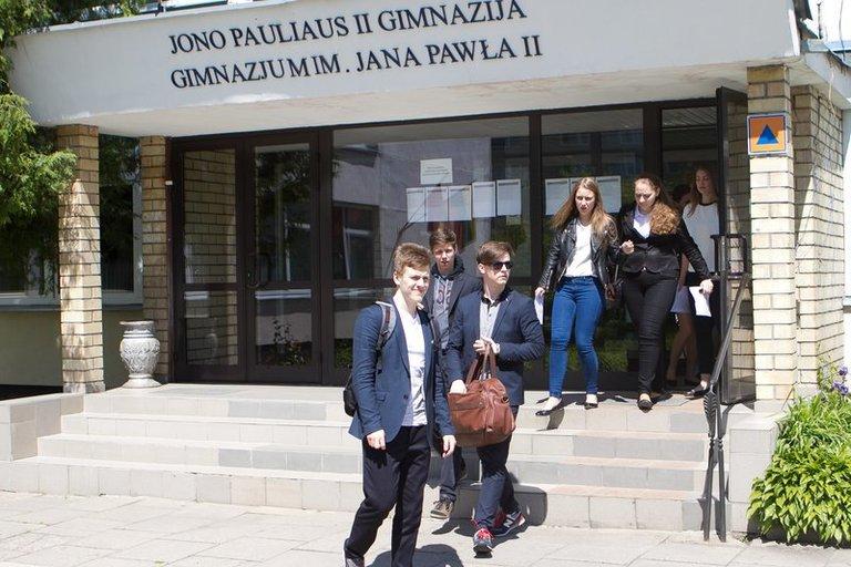 Abiturientai džiaugiasi: baigėsi lietuvių kalbos ir literatūros brandos egzaminas (nuotr. Tv3.lt/Ruslano Kondratjevo)