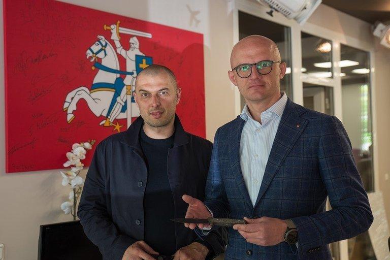Andrius Tričius Lietuvos Nepriklausomybės jubiliejų švenčia dovanodamas ypatingus peilius iškiliausioms asmenybėms
