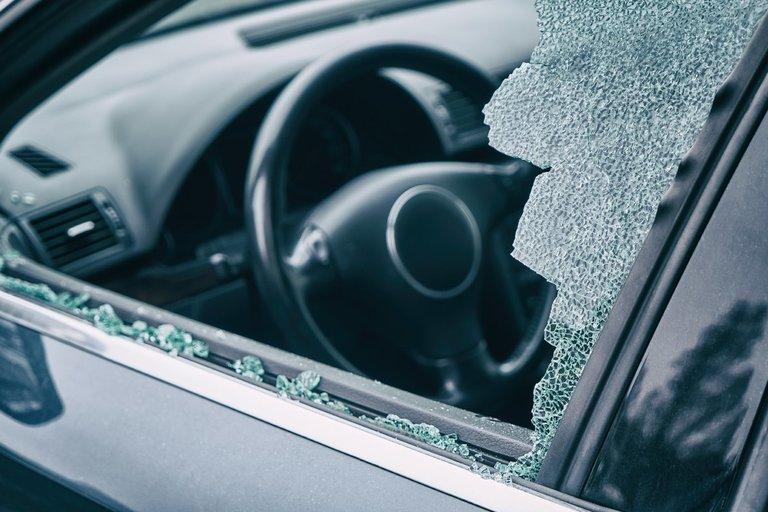 Išdaužtas automobilio stiklas (nuotr. Shutterstock.com)