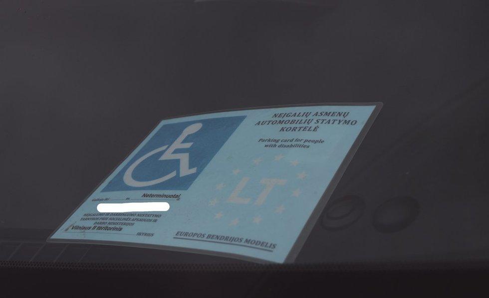 Nuo 2014 m. sausio 1 d. savivaldybių tarybų nustatytose automobilių statymo vietose neįgalių asmenų automobilių statymo kortele pažymėtus automobilius galima statyti nemokamai. Sigitos Inčiūrienės nuotr.