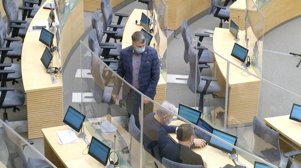 Pirmasis nuotolinis posėdis Seime nepraėjo be nesklandumų: buvo sumaniusių maištauti