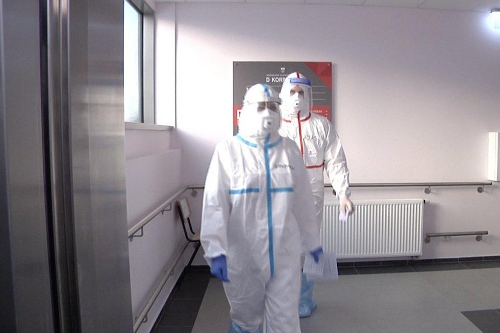Šokiruojantys vaizdai: Klaipėdos medikai pakvietė pamatyti savo akimis, kaip vyksta jų darbas su Covid-19 (nuotr. stop kadras)