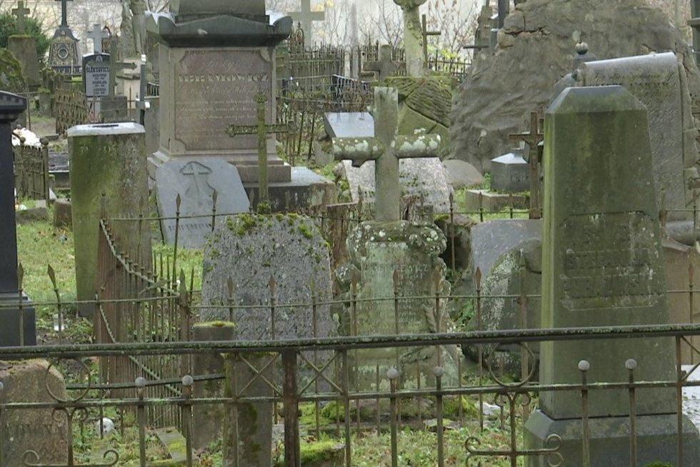 Bernardinų kapinės atsidūrė ant sugriuvimo ribos: ieško žmonių pagalbos (nuotr. stop kadras)