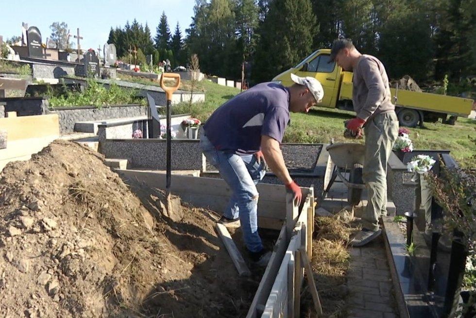 Įmonės trina rankomis: vis daugiau žmonių renkasi artimųjų kapus tvarkyti ne patys (nuotr. stop kadras)