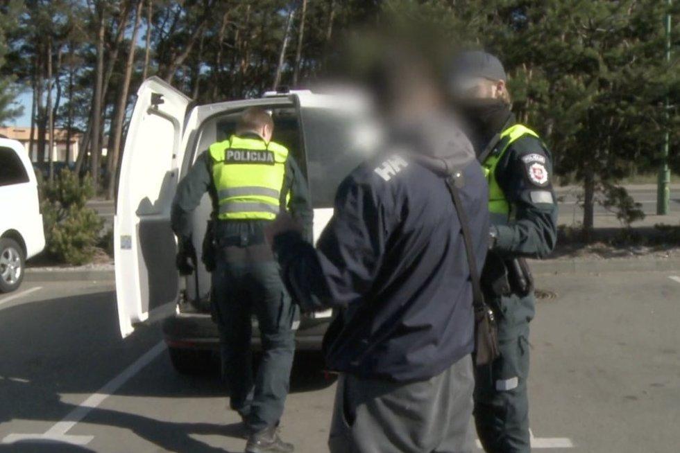 Alkoholio nusipirkti anksti ryte negalėjęs vyras įtūžo: prireikė pareigūnų pagalbos