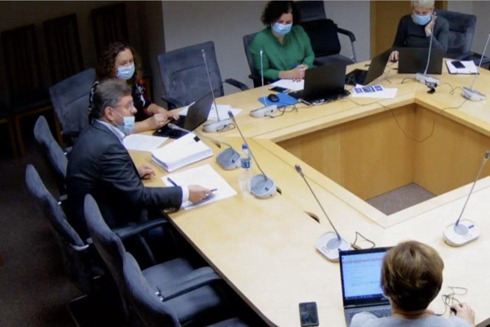 Koronavirusu užsikrėtęs Seimo narys Simulikas komiteto posėdyje su kolegomis bendravo nusitraukęs kaukę nuo nosies (nuotr. stop kadras)