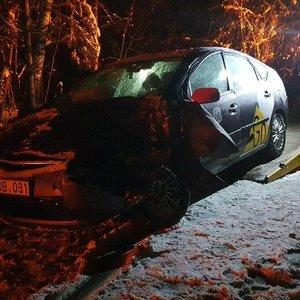 """Vilniaus pakraštyje į medį atsitrenkė """"Yandex"""" automobilis, du žmonės ligoninėje"""
