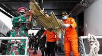 Indonezijos gelbėtojai po lėktuvo katastrofos surado žmonių palaikų (nuotr. SCANPIX)