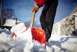 Kreipiasi į sniegą kiemuose kasančius lietuvius: nedarykite kelių klaidų