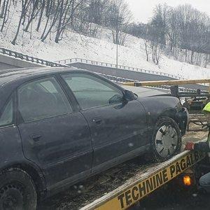 Vilniuje ištempiant sugedusį automobilį įvyko avarija, nukentėjo vyras