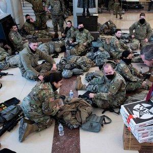 Neįprasti vaizdai iš JAV: balsuojant dėl Trumpo apkaltos Kapitolijų saugo ginkluoti kariai
