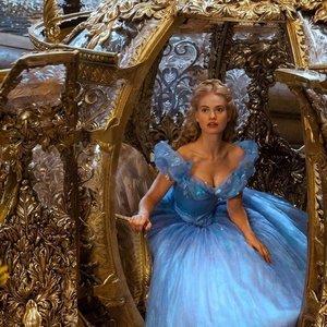 """Šimtai metrų audinio ir tūkstančiai kristalų – vienai suknelei: įdomūs faktai apie filmą """"Pelenę"""""""