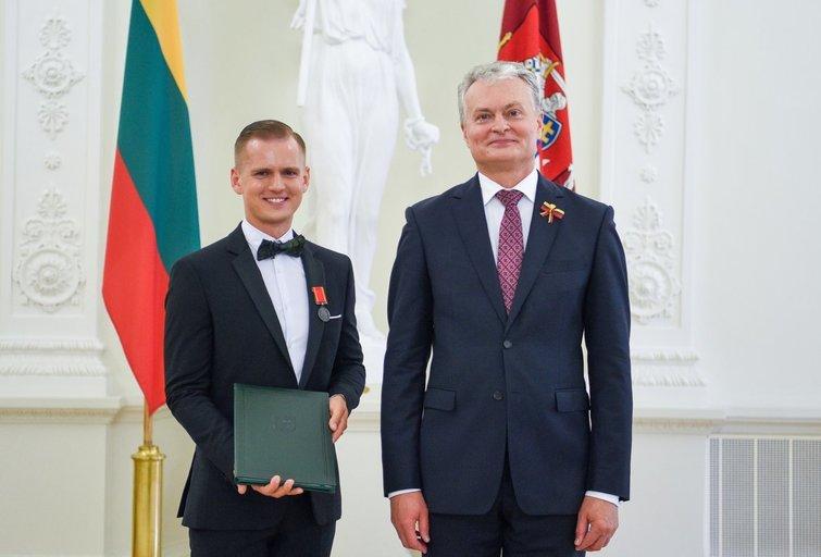 Prezidentas valstybės dienos proga įteikė valstybės apdovanojimą LKD prezidentui Kęstučiui Vaišnorai. Lietuvos Respublikos Prezidento kanceliarijos nuotr.
