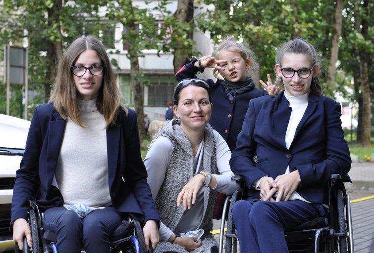 Laura Žižmarienė su dukromis Kotryna, Viktorija ir Patricija. Nijolės Zenkevičiūtės nuotr.