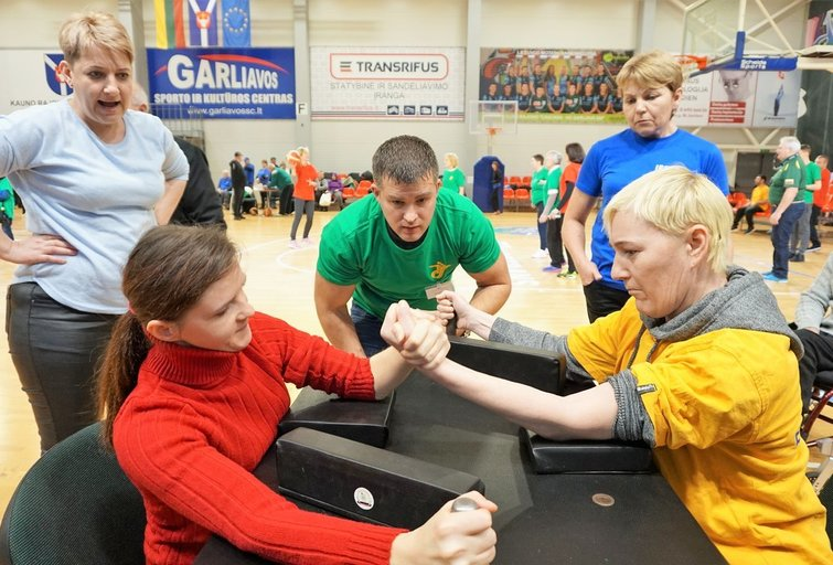 Simona (kairėje) rankų lenkimo rungtyje iškovojo du medalius. Aldonos Milieškienės nuotr.