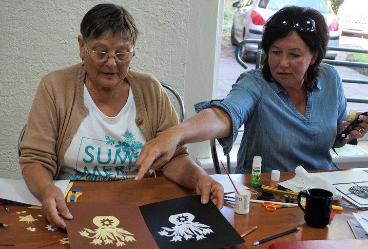 Pasitariant dirbti daug smagiau: Zofija Lučinska (kairėje) ir Loreta Virbickienė.Aldonos Milieškienės nuotr.