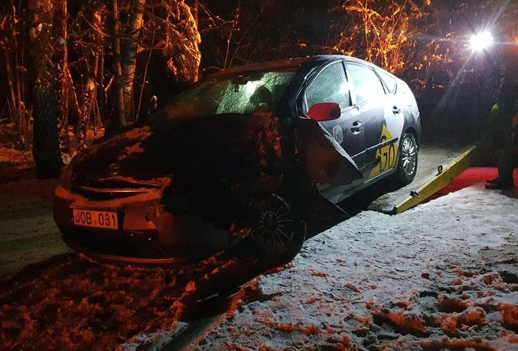 Avarija Pagubės gatvėje Vilniuje - taksi paslaugas teikiančios įmonės automobilis rėžėsi į medį