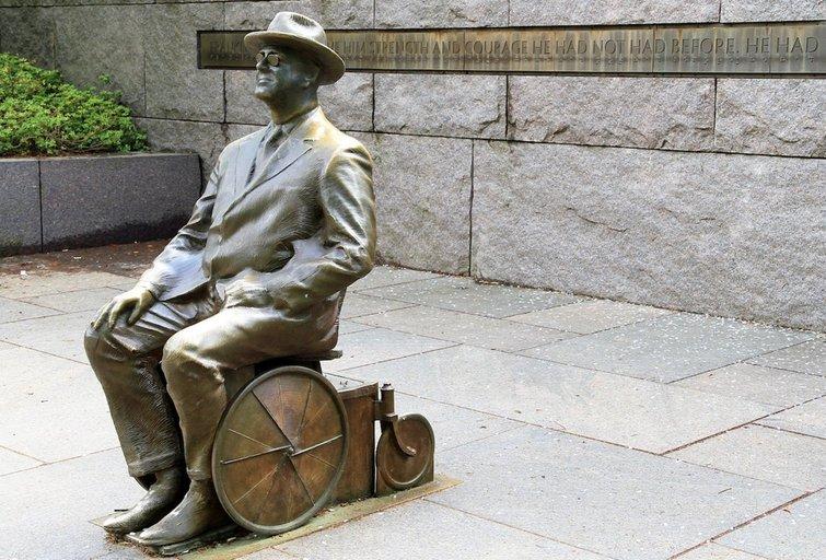 2001 m. Vašingtone buvo atidengtas JAV prezidento F. D. Roosevelto, sėdinčio neįgaliojo vežimėlyje, paminklas. wikiwand.com archyvo nuotr.