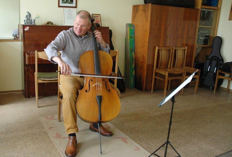 Valdas Povilaitis moko vaikus groti violončele. Linos Jakubauskienės nuotr.