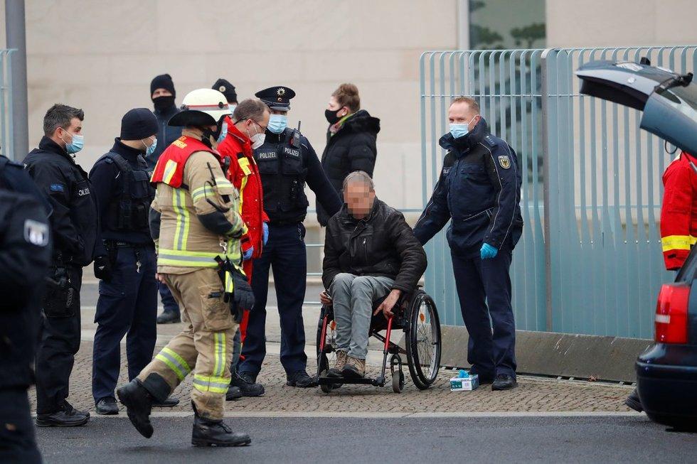 Į Merkel ofiso vartus įvažiavo automobilis