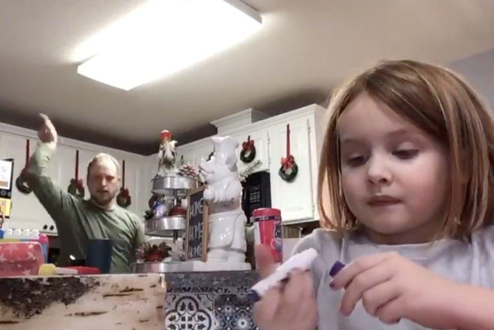 Dukros vaizdelyje pajuokauti nusprendęs tėtis to nenumatė: vėliau teko raudonuoti iš gėdos (nuotr. stop kadras)