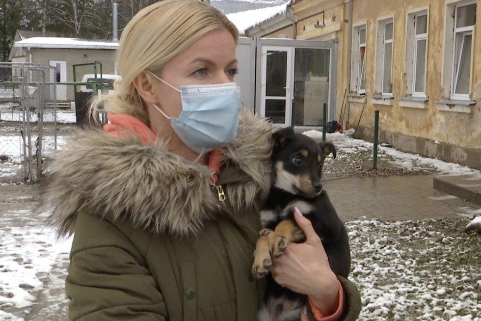 Pakaunėje neeilinė gelbėjimo operacija: paliktiems šuniukams prireikė net ugniagesių (nuotr. stop kadras)