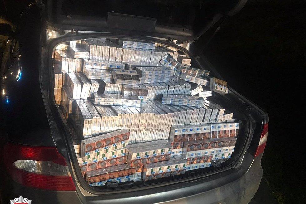 Marijampolės policija sulaikė cigarečių kontrabandą gabenusius lenkus (nuotr. stop kadras)