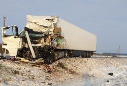 """Tragedija kelyje """"Via Baltica"""": žuvo abu kaktomuša susidūrusių vilkikų vairuotojai"""