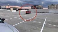 """Karma egzistuoja: """"saulutes"""" aikštelėje piešęs vairuotojas tokios baigties nenumatė (nuotr. stop kadras)"""