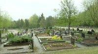 Kapinės prieš mamos dieną (nuotr. stop kadras)