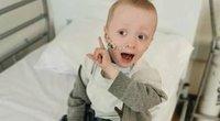 Vėžiu sergantis keturmetis berniukas pasveikęs nuo koronaviruso pirmą kartą per du mėnesius su šeima išėjo pasivaikščioti (nuotr. facebook.com)