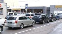 """""""Regitros"""" skyrių šturmas: vairuotojai eilėje automobilius paliko laukti jau iš vakaro (nuotr. stop kadras)"""
