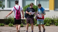 Abiturientai po valstybinio matematikos brandos egzamino (nuotr. Fotodiena/Justino Auškelio)