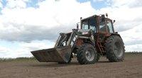 10-metis vairavo traktorių (nuotr. stop kadras)