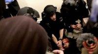 Sukrečiantys vaizdai iš Kapitolijaus: pareigūnai bandė galbėti peršautą moterį