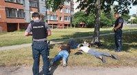 """Paaiškėjo, kad sulaikytieji kažkam demonstravo """"Airsoft"""" ginklą, todėl policija ėmėsi visų atsargumo priemonių (nuotr. Broniaus Jablonsko)"""