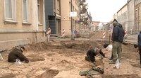 Šiaulių centre remontojantys gatves darbininkai atkasė neįtikėtiną radinį (nuotr. stop kadras)