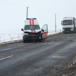 Nelaimė Pasvalio rajone: susidūrė automobilis ir greitoji, žuvo žmogus