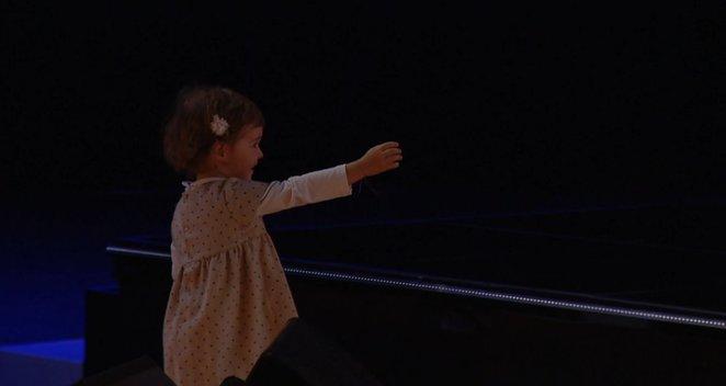"""""""X faktoriaus"""" scenoje – jaudinantis momentas: po pasirodymo į Manto glėbį atbėgo jo dukrytė"""