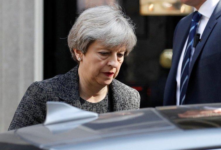 Didžiosios Britanijos premjerė nurodė pradėti tyrimą dėl gaisro Londono daugiaaukštyje (nuotr. SCANPIX)