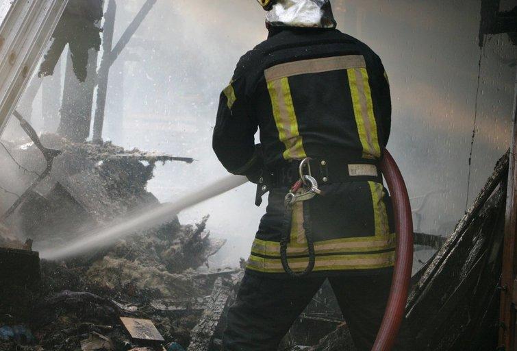Vilniuje kilo gaisras: sudegė pagalbinis pastatas nuotr. Broniaus Jablonsko