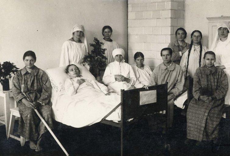 Medikai ir pacientai prieš 100 metų (Lietuvos centrinio valstybės archyvo nuotr.)