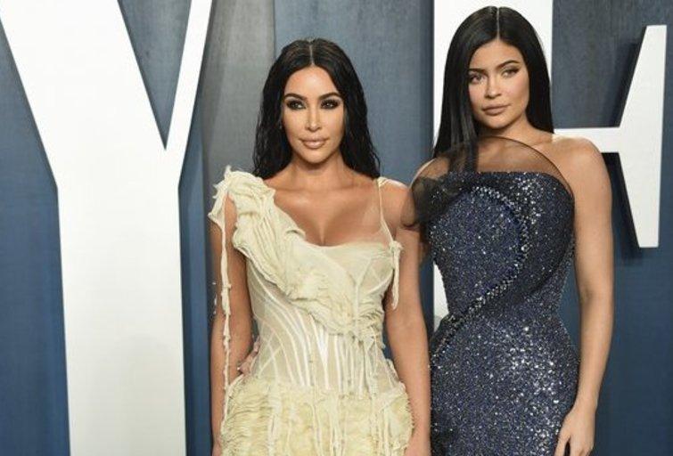 Kim Kardashian ir Kylie Jenner (nuotr. SCANPIX)