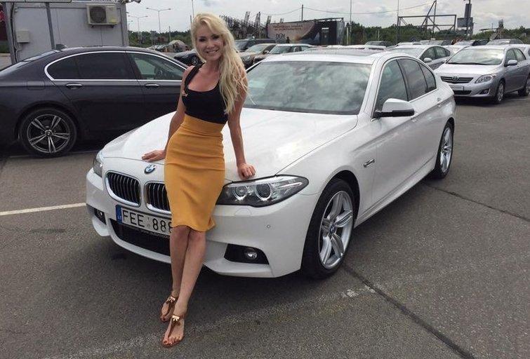 Natalija Bunkė su naujuoju savo BMW (nuotr. facebook.com)