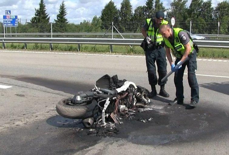 Šiurpi avarija ties Šiauliais: užsimušė į kelininkų automobilį įsirėžęs motociklininkas (Egidijaus Anglickio nuotr.)