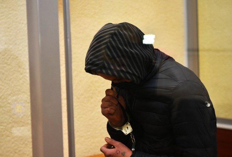 Vaikinas galvą buvo užsidengęs kapišonu. Įtariamasis nepratarė nė žodžio. (nuotr. jp.lt / Rimvydo ANČEREVIČIAUS)