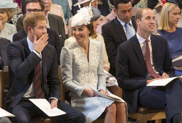 Princas Williamas su žmona Caherine ir princas Harry (nuotr. SCANPIX)