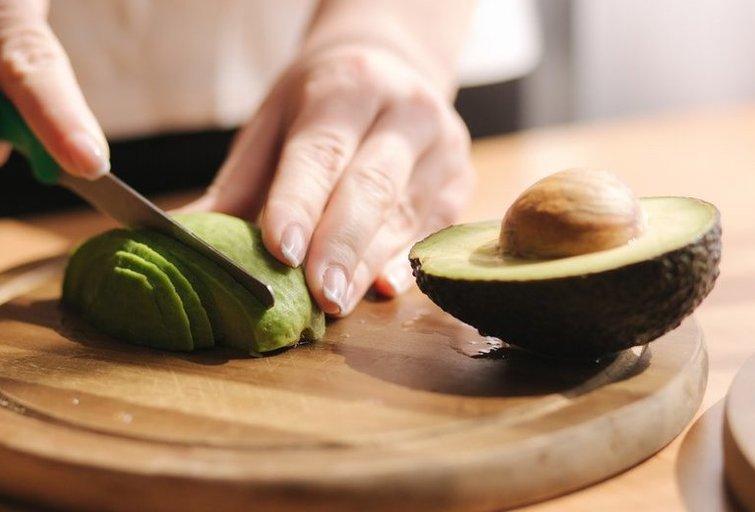 Avokado pjaustymas  (nuotr. Shutterstock.com)