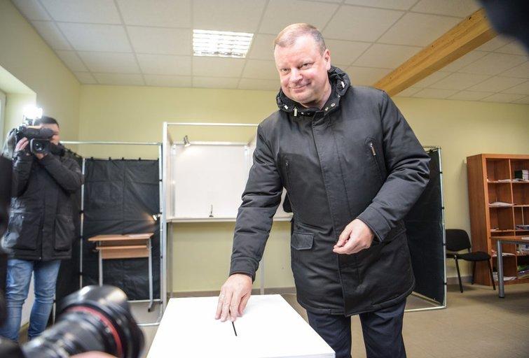 Lietuviai balsuoja savivaldos rinkimuose  (nuotr. Fotodiena.lt)