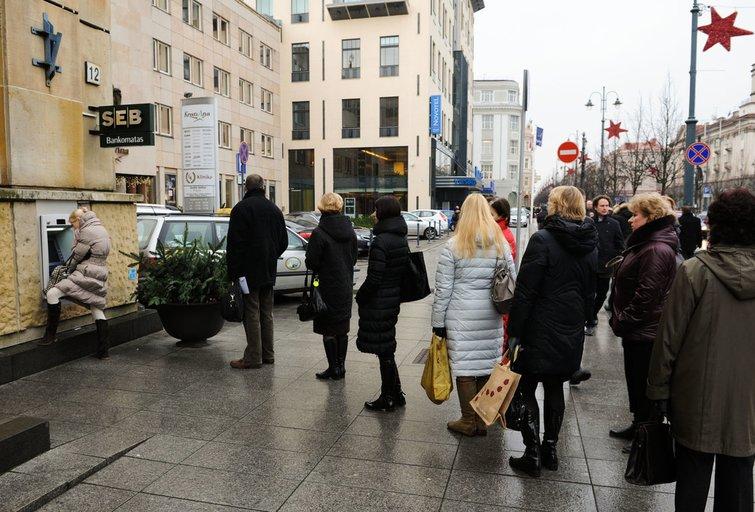 Žmonės naudojasi bankinėmis paslaugomis (nuotr. Fotodiena.lt/Karolio Kavolėlio)